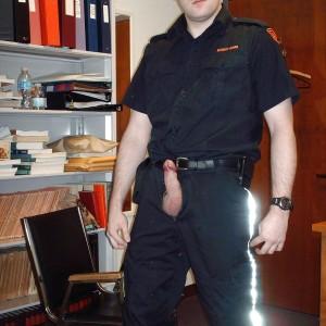 un homo de 44 ans qui habite à Quimper et je vis seul